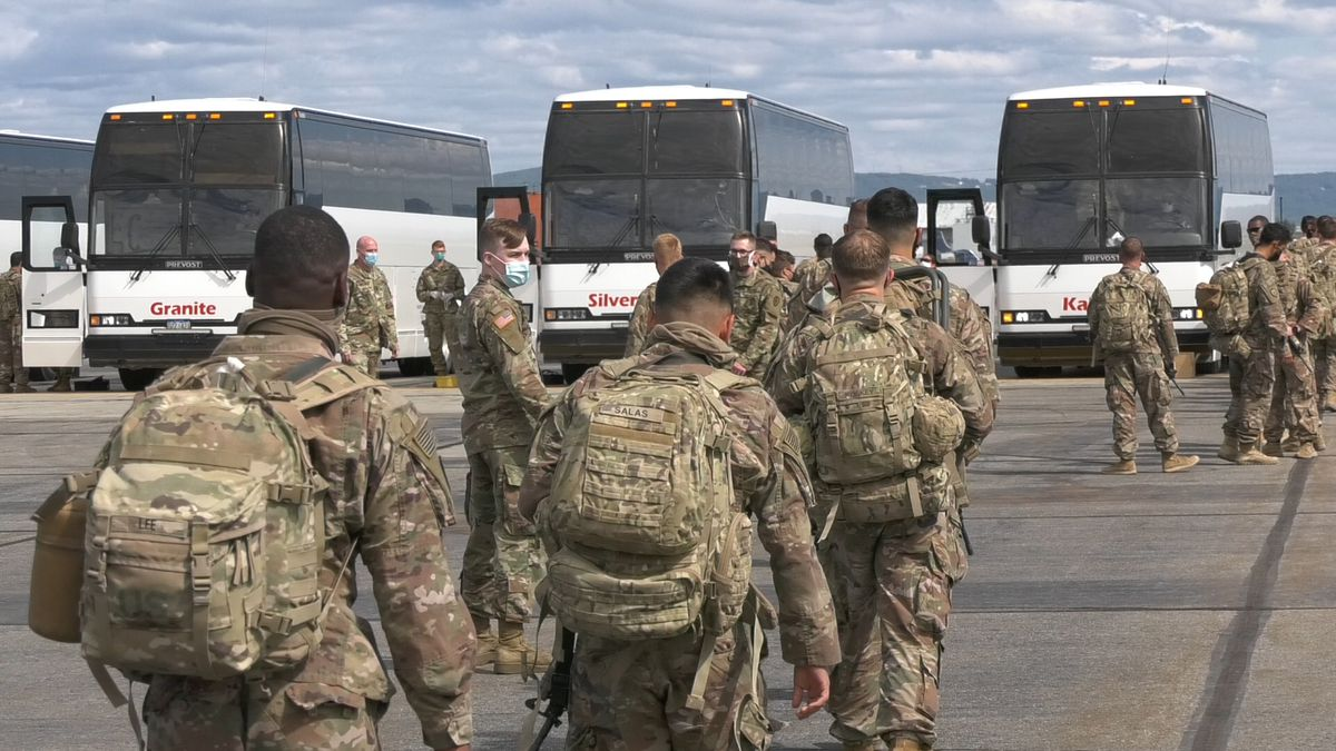 Soldiers from the 1/25 Striker Brigade Combat Team, 25th Infantry Division board buses bound for Fort Wainwright. (John Dougherty/KTVF)